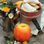 Mezzelune di ricotta e mandorle con cuore di mela