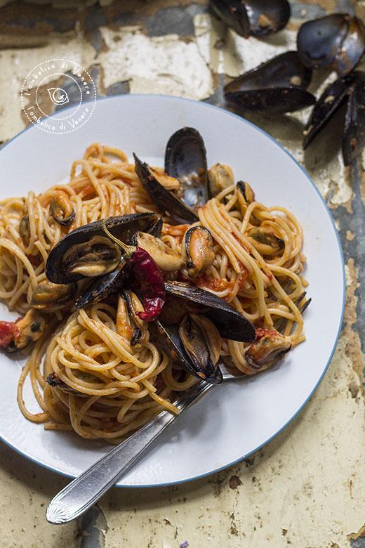cozze al sugo e spaghetti con le cozze