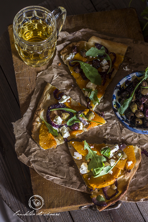 pizza-croccante-con-zucca-feta-cipolla-e-olive