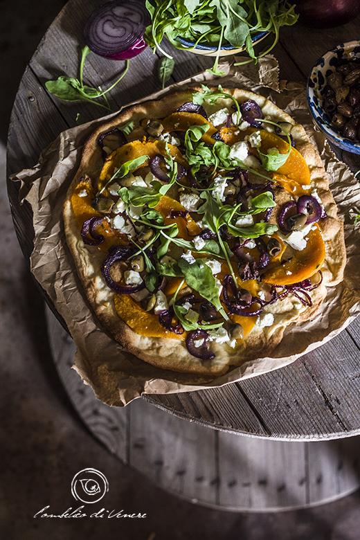 Pizza croccante con zucca feta cipolla e olive