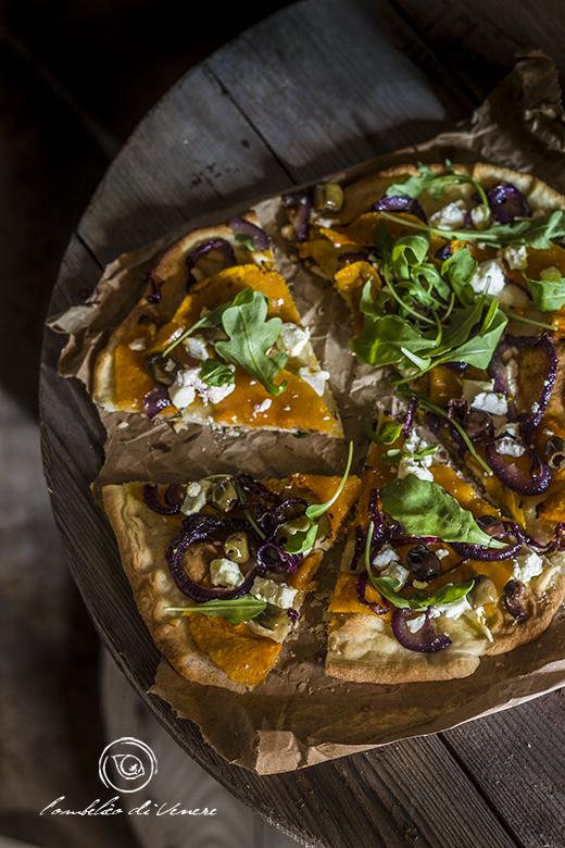 pizza-croccante-con-zucca-feta-cipolla-e-olive3