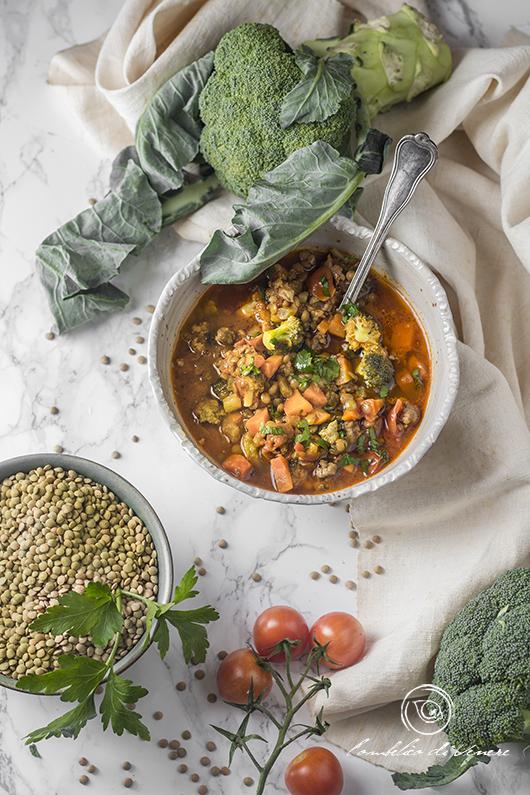 zuppa speziata di lenticchie salsiccia e broccoli