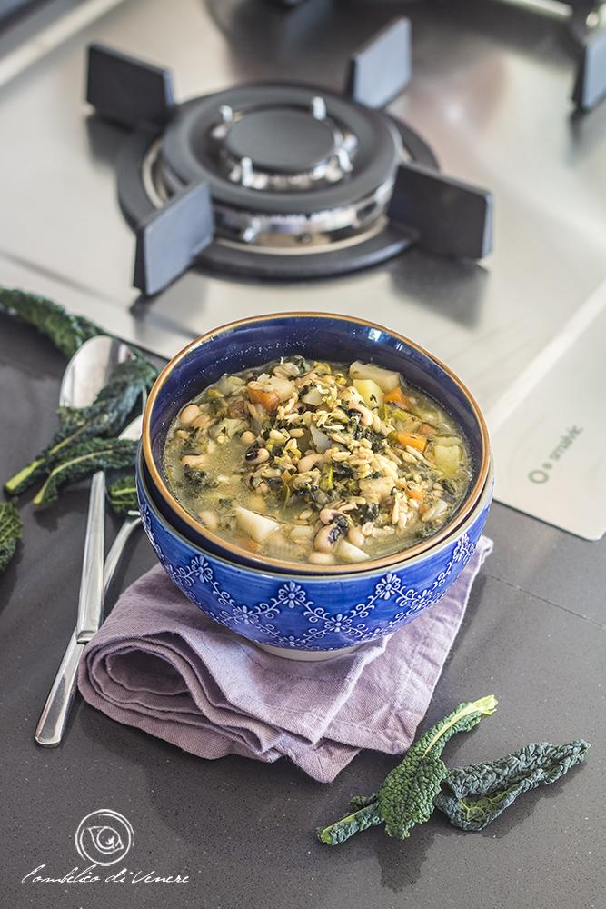 zuppa di topinambur e cavolo nero con avena e fagioli occhio nero