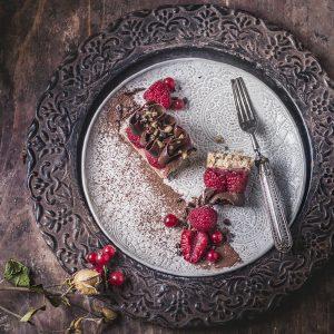 Cake veg ai lamponi e mousse fondente al sesamo e nocciole